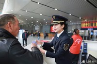 图为刘佩晗在服务台为旅客解疑答惑。