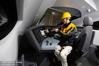 1月14日,薛钧戈在动车组司机室进行操作。