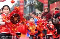 1月17日,浙江省湖州市德清县新市镇蔡界村村民快乐迎新春。