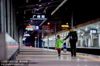 2020年1月19日,女儿王欣蕊在站台深情地望向父亲王钢。