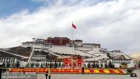"""1月22日,一幅巨型""""春""""字将布达拉宫广场装扮一新。"""