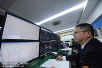 2020年1月22日深夜,沈生樑在铁路杭州艮山门动车运用所的调度指挥高铁列车入库检修。