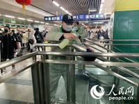 北京西站保洁员正在进行公共场所消毒作业。(人民网 朱江 摄)