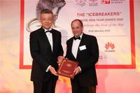 中国驻英国大使刘晓明向48家集团俱乐部主席斯蒂芬∙佩里转交国务院副总理胡春华贺信。