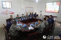维和医疗队官兵向中资企业员工介绍伤寒等当地传染病防治知识(吕强 摄)