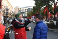 2月5日,哈米对进入鸡鸣山社区的人员测体温。