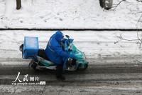 2月6日,外卖小哥冒着风雪坚守岗位。