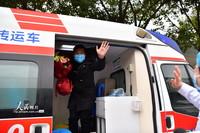 2月6日,安徽阜阳市第二人民医院的一名护士在送一名新型冠状病毒感染的肺炎患者治愈后出院。