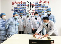 2月10日,在江西省萍乡市第二人民医院重症医学科培训室内,重症医学科的医务人员正通过配资网 为在一线隔离病区的医生刘亚卿送上生日祝福。