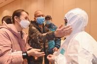 2月12日,广东省第二批医护人员在进行防护专业培训,疾控防疫人员在示范防护服的穿戴方法。
