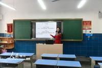 2月13日,在湖北省秭归县实验小学,语文教师王琼在通过线上配资官网 为学生授课。