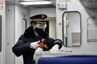 2020年2月14日,T215次北京开往泰州的列车开车前,列车长孙敏面对疫情就是命令,防控就是责任,全力做好列车公共场所的安全防控。