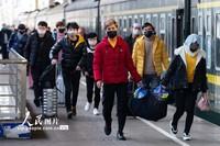 2月18日,旅客在南京火车站准备乘车出行。
