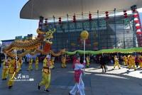 2月18日,义乌市民舞龙庆祝市场开业。