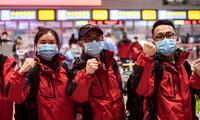 2月16日,在贵阳龙洞堡国际机场,医疗队员在出发前为自己加油。
