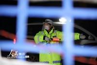 2月12日,杨婷在209国道防疫检查点,排查车辆和疏导交通。