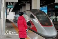 2020年2月9日,山东省青岛西站 ,一位列车员在接车。