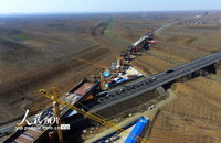 2月23日,在山东省济宁市兖州区境内拍摄的正在建设中的鲁南高铁洸府河特大桥。