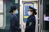 T7次列车抵达绵阳站,站台上母亲杨春蓉看望女儿李斯羊(李锴 摄)