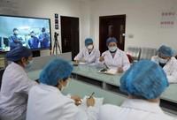 2月21日,武汉大学人民医院东院办公区,中国工程院院士、国家卫健委高级别专家组成员李兰娟及其所在的浙江大学医学院附属第一医院医疗队正在进行远程诊疗。李 舸 摄