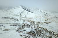 这是3月9日在武威市天祝藏族自治县境内拍摄的乌鞘岭雪景(无人机照片)。