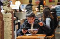 3月9日,市民在南京新街口商圈一家饭店内吃饭。