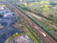 3月12日,铁路大型养路机械在江西广丰至玉山铁路区段作业(无人机照片)。