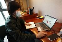 3月12日,火神山医院感染三科一病区护士姜雪在整理新冠肺炎护理工作交流体会。