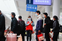 3月13日,湖南省邵阳市隆回县务工人员准备搭乘免费务工专列G9649次列车。
