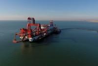 3月14日,一艘施工船在唐山港京唐港区25万吨级航道工程海域施工作业(无人机拍摄)。