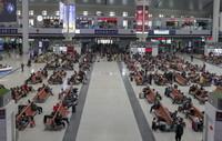 033月14日,旅客在乌鲁木齐站候车大厅候车。