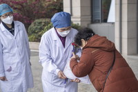 3月16日,在武汉大学人民医院东院区,第600名出院患者谢大姐向李兰娟院士表示感谢。