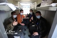 3月16日,山东泰山火车站 返新复工人员坐上复工专列。