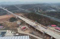 3月16 日,无人机航拍复工建设的郑万高铁南漳车站。