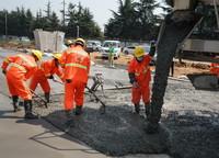 3月18日,工人在进行高架桥桥梁支架基础结构层硬化施工,硬化材料为用旧路废料生产出的再生水泥混凝土。