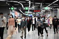 3月18日晚高峰时段,在深圳地铁车公庙站,乘客在站厅内通行。