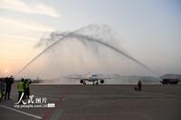 """3月18日,医护人员乘坐的飞机降落昌北国际机场后""""过水门"""",意为接风洗尘。"""