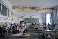 3月14日,青海省海北藏族自治州第一高级中学学生在教室内上课。新华社记者 吴刚 摄