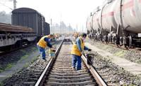 3月18日,重庆工务段兴隆场线路车间正线维修工区在中欧班列出发站兴隆场编组站用小型液压捣固机进行捣固作业。
