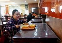3月20日,郑州市民在一家胡辣汤店隔位就餐。