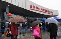 3月22日,在中哈霍尔果斯国际边境合作中心中方区域,人们排队准备进入合作中心入区安检办证大厅。