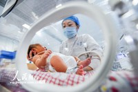 3月23日,护理人员在荆州市妇幼保健院新生儿科病房忙碌。