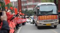 3月24日,在湖北省恩施土家族苗族自治州恩施市,当地群众欢送天津支援湖北恩施医疗队。