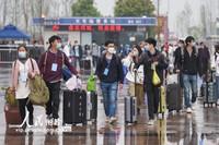 3月25日,在湖北荆州火车站站前广场,乘客准备进站乘车。
