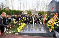 3月27日,在安徽省亳州市皖北烈士陵园,志愿者向烈士墓敬献鲜花。
