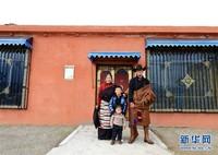 在四川甘孜藏族自治州理塘县村戈乡芒康村,村民降央斯郎一家在拍摄全家福(3月22日摄)。  新华社发