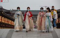2020年5月1日,湖北省襄阳市,游客身着古装在襄阳唐城景区游览,体验穿越回唐朝的游玩体验。