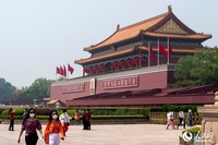 五一假期首日,不少市民和游客前往天安门广场游玩。(人民网记者 翁奇羽 摄)