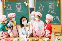 """2020年4月30日,江苏省如皋市健康幼儿园的小朋友在学习有关""""立夏""""的知识和习俗。(徐慧/IC photo)"""