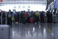 2020年5月5日,旅客在杭州火车东站的候车大厅等待上车。